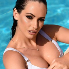 Glamourmodel Anastasia Harris topless bij het zwembad