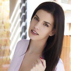Candice Luka, donkerharige schoonheid met kleine borsten, laat graag haar kutje zien