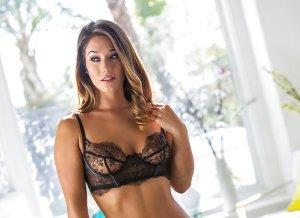 Modeontwerpster in sexy zwarte lingerie