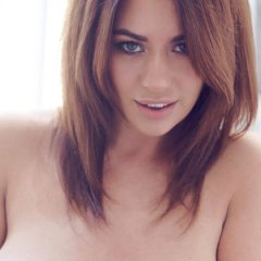 Holly Peers, een knappe erotische vrouw met grote borsten