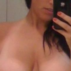 """Sharona, 35 jaar en grote tieten: """"ik ben een geile tante die seks tekort komt"""""""