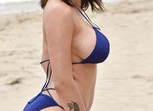 Grote tieten topless op het strand