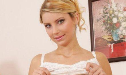 Kathy Kozy, lekkere blonde milf met grote natuurlijke borsten, heeft sex op de bank