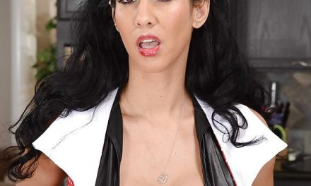 Een lieftallige brunette met grote borsten, tevens dominatrix, kan goed pijpen