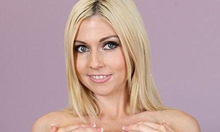 Christie Stevens, lekker blondje met tatoeages, is met haar dildo aan het spelen