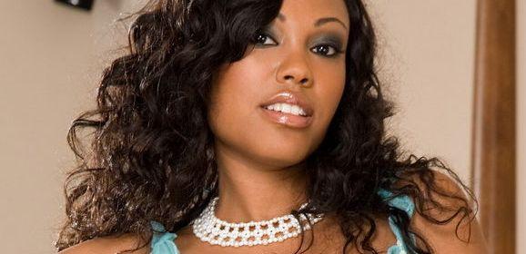 Lacey Duvalle, lekkere ebony milf, houdt haar lingerie aan tijdens de sex