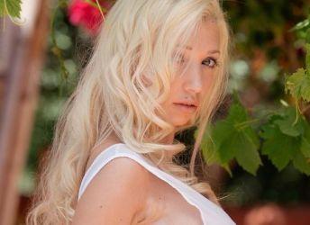 Miriama Kunkelova, blonde babe, heeft sex met een tatoeage meneer