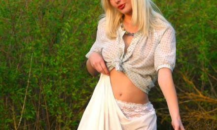 Noelle, knappe blondine, is naakt appels aan het plukken