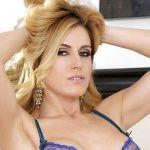 Randy Moore, mooie moeder in sexy lingerie, doet haar schaamlippen uit elkaar