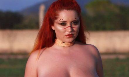 Lucy V in een tijgerprint pakje gooit buiten haar grote tieten bloot