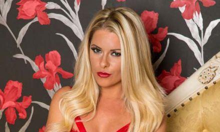 Mikaela Witt, sexy rode lingerie, doet haar benen wijd