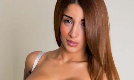 Preeti of Priya, één van de twee, in sexy lingerie