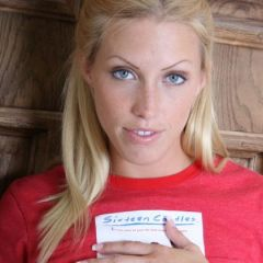 Cassie, blonde Girl-Next-Door, doet een spannende striptease
