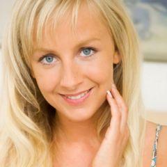 Erotisch en opwindend, blonde vrouw doet haar onderbroekje opzij