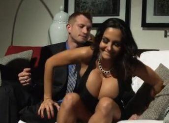 Geile echtgenote met grote borsten, gaat vreemd waar haar man bij is