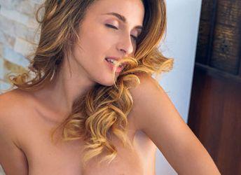 De mooie Cara Mell is heerlijk in kanten lingerie