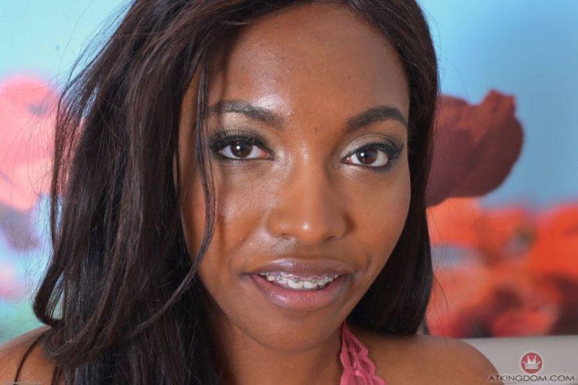 Daya Knight, ebony babe met grote borsten