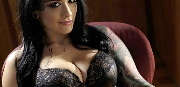 Katrina Jade laat zich door haar baas versieren