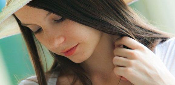 Rylee Marks, jonge vrouw met hoed op gaat naakt