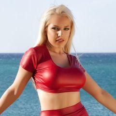 Yasmin in een strak rood rokje en topje, dat kennen we ergens van