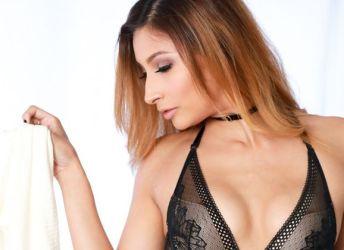 Mooie milf in sexy lingerie doet een striptease