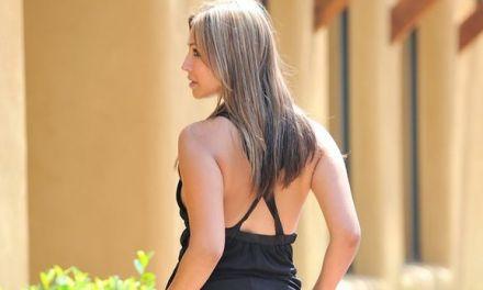 Layla, sexy zwart jurkje, trekt buiten haar onderbroekje uit
