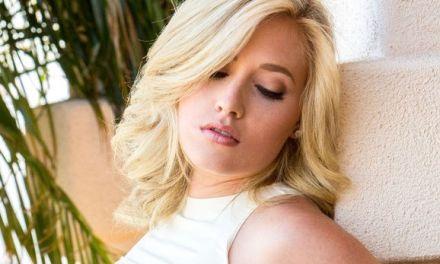 Naakte Vrouwen, een lekker blondje trekt haar bloemetjesrok uit en meer