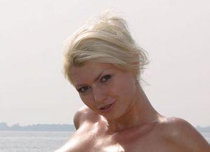 Maria, blond en bloot bij het water
