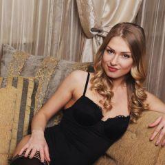 Lucy Heart, knappe blondine ligt mooi en naakt te zijn op de bank