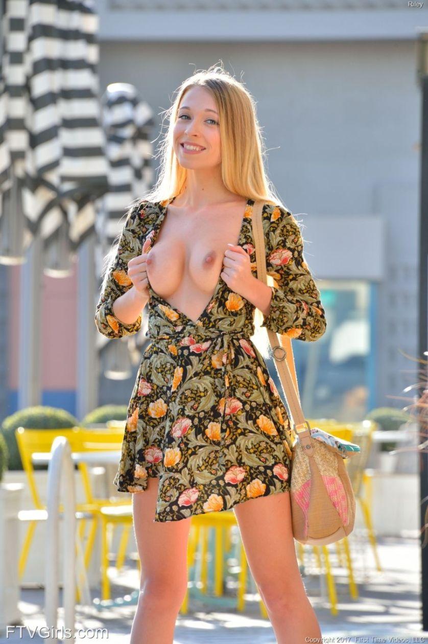 Riley, FTV Girls, trekt buiten haar zomerjurkje uit