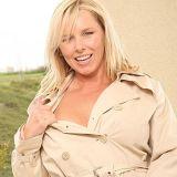 Lekkere blonde mature milf, Lacey Love, neukt met jongere man