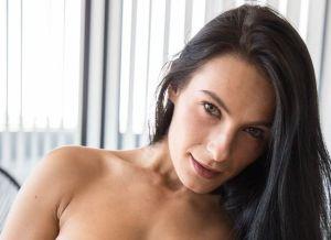 Lexi, strakke sportschoolvrouw aan het masturberen