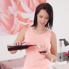 Agatha neemt een glaasje rode wijn en gaat vervolgens naakt