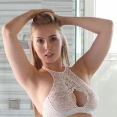 Lena Paul, brunette met grote borsten, is buiten op haar knietjes aan het pijpen