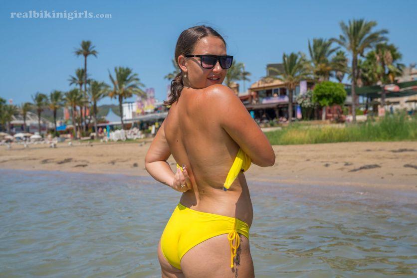 Lexi-grote-borsten-gele-bikini-strand-04