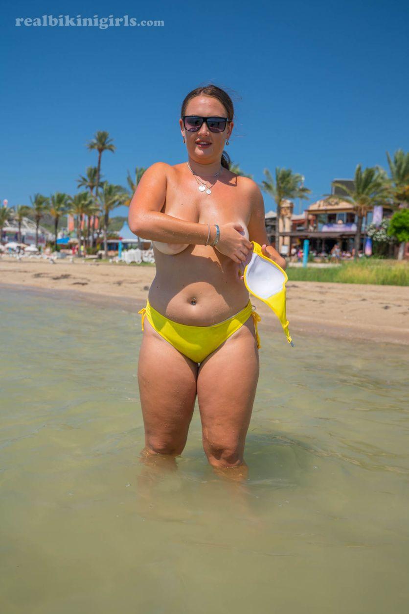Lexi-grote-borsten-gele-bikini-strand-06