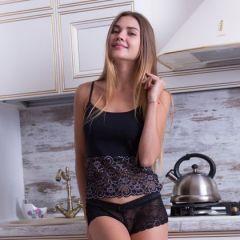 Georgia zet het water voor de thee op, in sexy lingerie