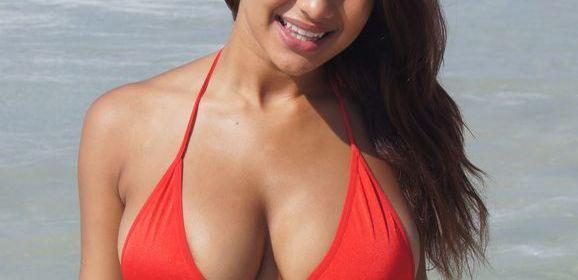 Een lekkere bikini strandbabe met grote tieten, gaat topless