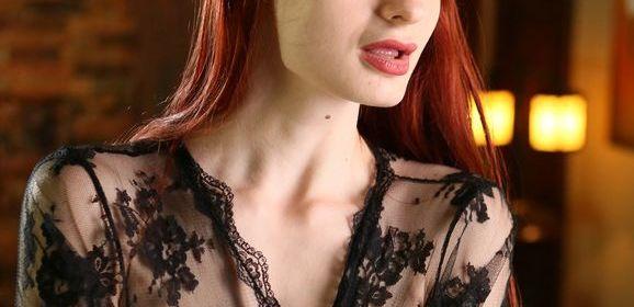 Violet Monroe, roodharige babe, heeft zwarte kanten doorkijklingerie aan