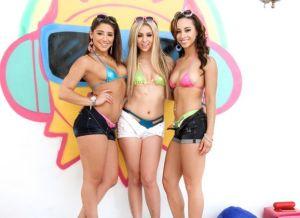 Drie bikini chicks laten hun tieten, lekker kontjes en geile kutjes zien
