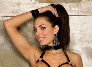 Adrianna Meehan heeft geile leren lingerie aan