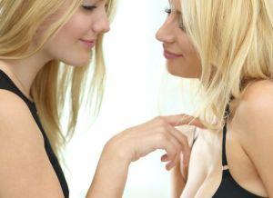 Kenna en Lola, twee blonde studentes