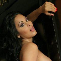 Nina Mercedes, hete Latina met grote borsten, kan geil goed pijpen