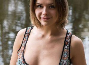 Yelena, grote borsten en lenig bij de waterkant