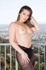 Dani-Daniels-heeft-sexy-zwarte-panty's-aan-04