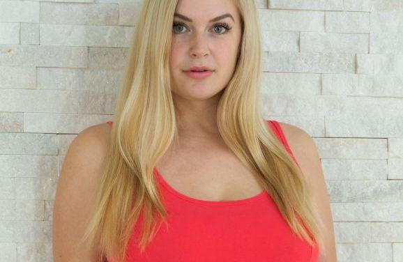 Danielle, volle blonde milf, heeft heerlijke grote natuurlijke borsten