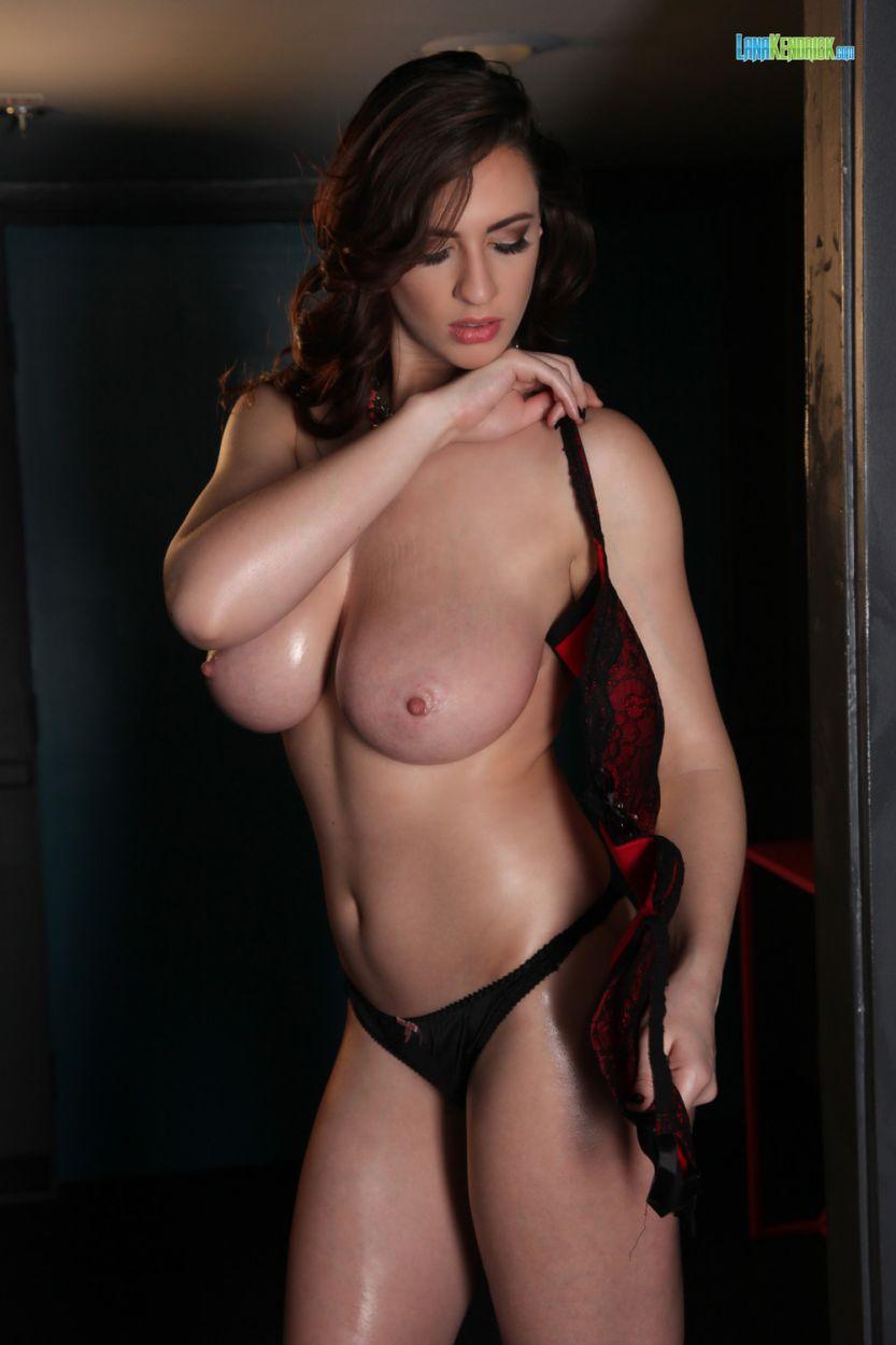 Lana Hendricks, grote borsten en sexy ondergoed