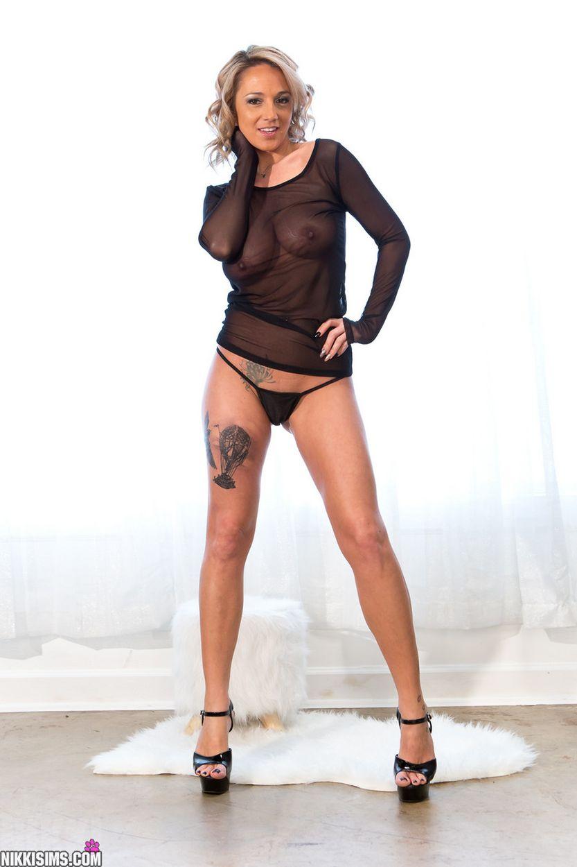 Nikki Sims, naar de kapper en sexy doorkijklingerie