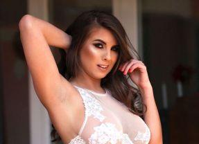 Sarah McDonald ziet er fantastisch uit in witte doorkijklingerie