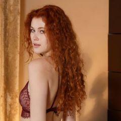 Adel C, rood krullend haar, steekt een vinger in haar kutje